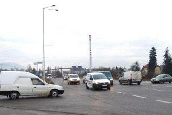 Počas dopravnej špičky je na frekventovanej križovatke poriadne tesno.