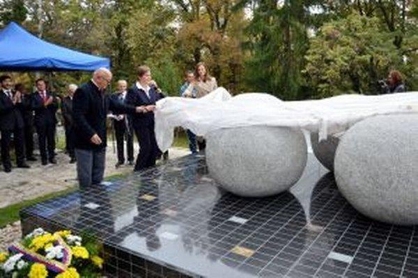 Odhaľovanie pamätníka olympionikom na Národnom cintoríne.
