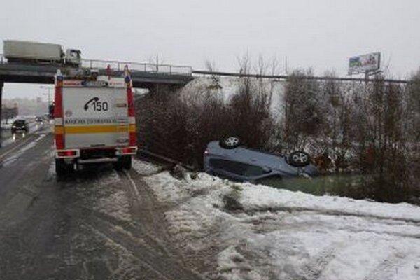 Na zjazde do Martina sa auto prevrátilo na strechu.