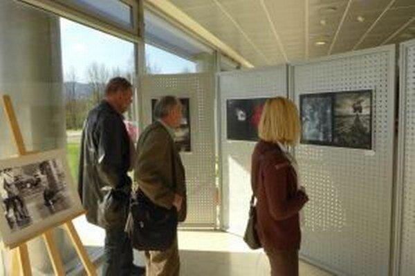 Výstava fotografií vo vestibule Slovenskej národnej knižnice.