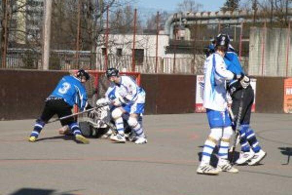Double team Pov. Bystrica (v modrom) podľahol doma Martinu o jediný gól.