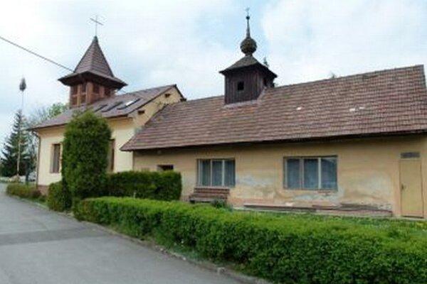 Zvonica (budova vpravo) je dosť poškodená.