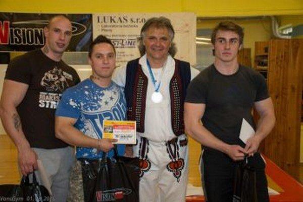 Víťazi v zhyboch na hrazde: sprava víťaz Michal Brezovský, organizátor Peter Vons, druhé miesto Richard  Piader a tretí Rastislav Janeček.