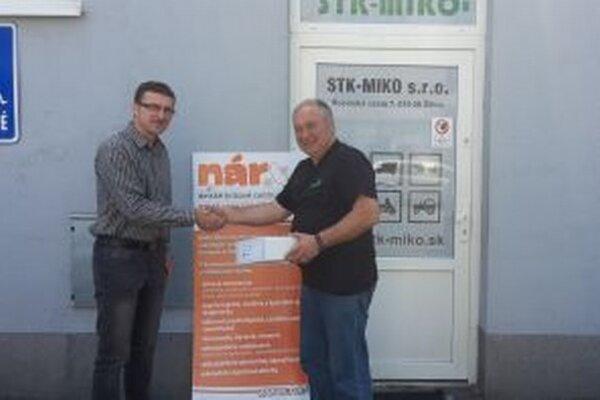 Výťažok, 222 eur z Dňa otvorených dverí STK-MIKO, do rúk riaditeľa Detského krízového centra Náruč odovzdal organizátor podujatia Miroslav Kobrtek.