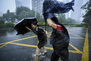 Tajfún po Filipínach sužuje už aj Čínu.