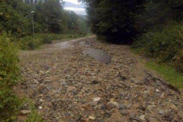Naplavené kamene bránili autám v jazde.