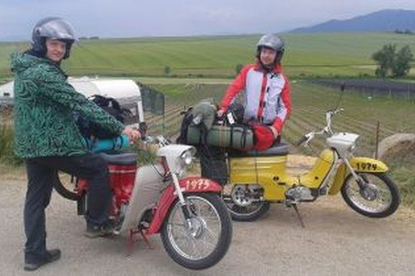 Pavol Brisuda (vpravo) a Marián Kubačka vyrážajú na Pionieroch na cestu.