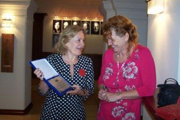 Šéfredaktorka MY Jana Paulovská (vpravo) v spoločnosti predsedníčky Živeny Magdy Vášáryovej.