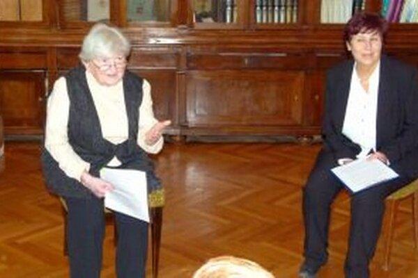 Milada Horáková (vľavo) čítala na vernisáži ukážky zo svojej knihy.
