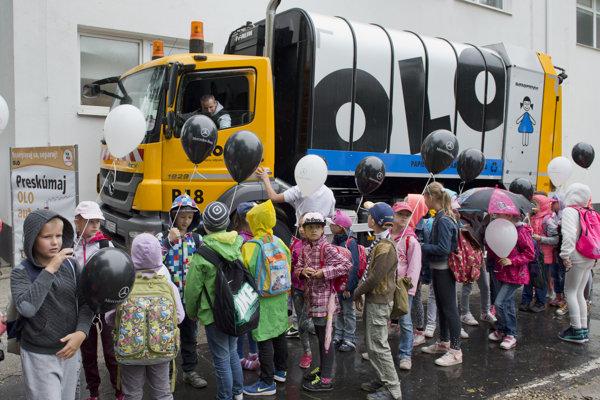 Súťažiace deti sa zaujímajú o smetiarske auto počas jedného z minulých ročníkov.