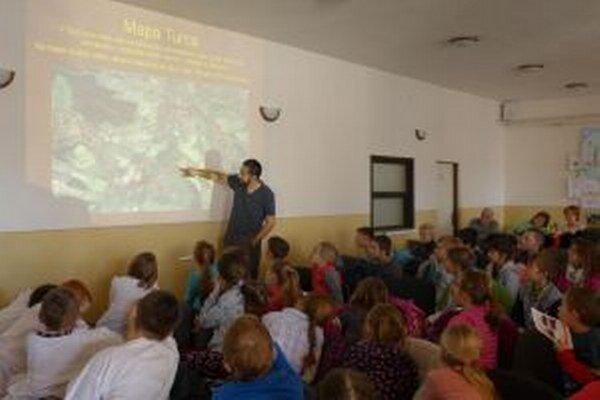 R. Pančík hovoril deťom o olejkároch.