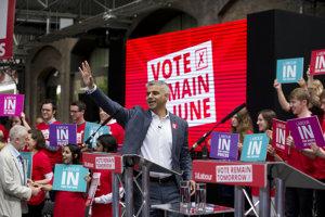 Sadiq Khan v kampani Britov presviedčal, aby hlasovali za zotrvanie v Únii. Teraz pre nich žiada novú šancu rozhodnúť sa.