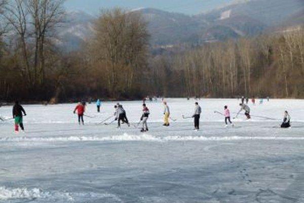 Korčuľovanie Turčanov nesmierne baví aj na sučianskom Ontariu.