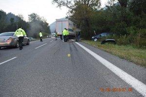 Vodič sa chcel vyhnúť zrazenému medveďovi, pri čelnej zrážke s kamiónom prišiel o život