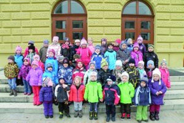 Deti z Turian pred Slovenským komorným divadlom v Martine.