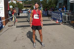 Peter Tichý v cieli behu na 100 km.