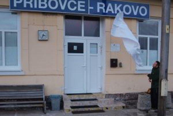 Novoosadenú tabuľu umiestnili na budovu stanice obyvatelia Rakova.