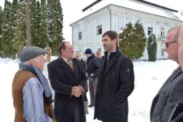 V Necpaloch. Juraj Blanár (vpravo) v rozhovore so starostom Petrom Majkom.