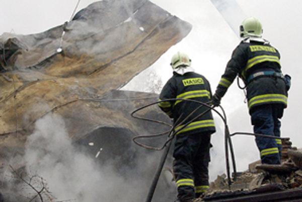 Po odstránení strechy s pomocou žeriavu sa na niektorých miestach oheň opäť rozhorel.