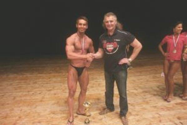 Ďalší medailista z Turca. Jurajovi Remišovi medzi prvými gratuloval aj Peter Vons.