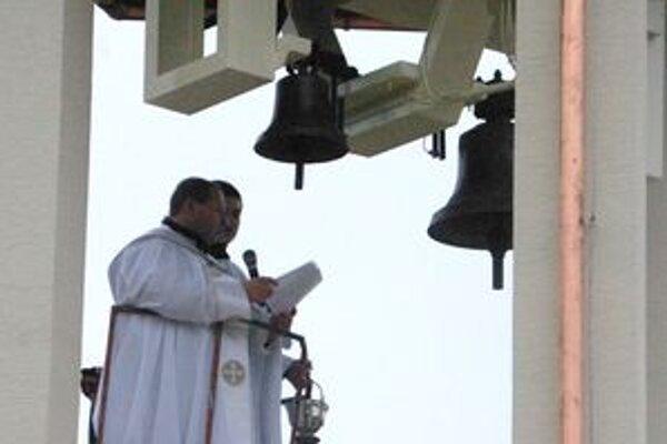 Nové zvony vysvätil dekan farnosti Jasenica.
