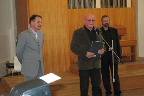 Na Bratislavskom hrade. Jaroslav Kozák (vpravo)pri uvedení knihy. V strede predseda Matice slovenskej Marián Tkáč, vpravo herec Jozef Šimonovič, ktorý podujatie moderoval.