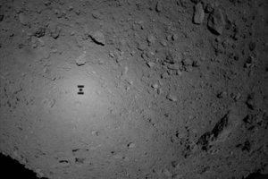 Pohľad na asteroid Ryugu zo sondy Hayabusa 2. Na zábere vidno aj tieň sondy.
