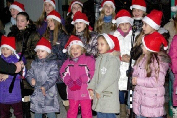 Vianočné piesne zneli aj v podaní súboru Melódia.FOTO: AUTOR
