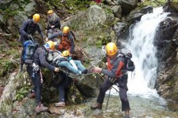 Záchrana zraneného je zložitá aj so špeciálnymi nosidlami a lanovkou.