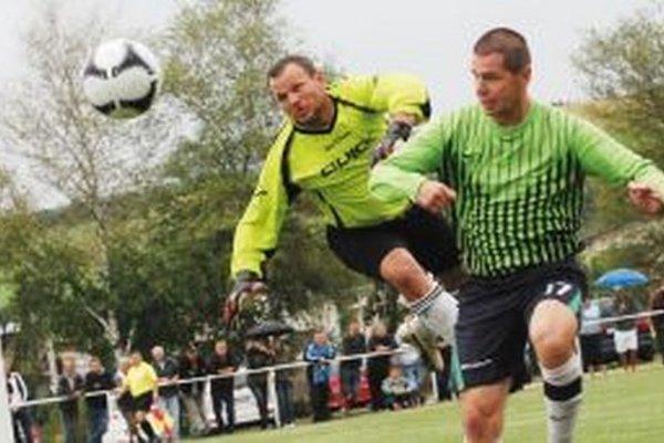 Peter Žabka (vpravo) hrajúci tréner Belej.