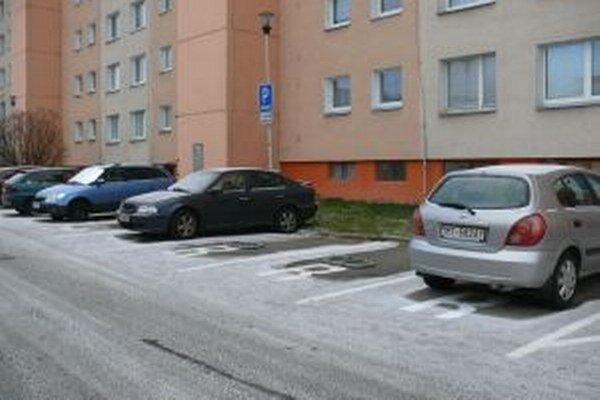 Na Mazúrovej ulici je prenajatých 17 parkovacích miest.