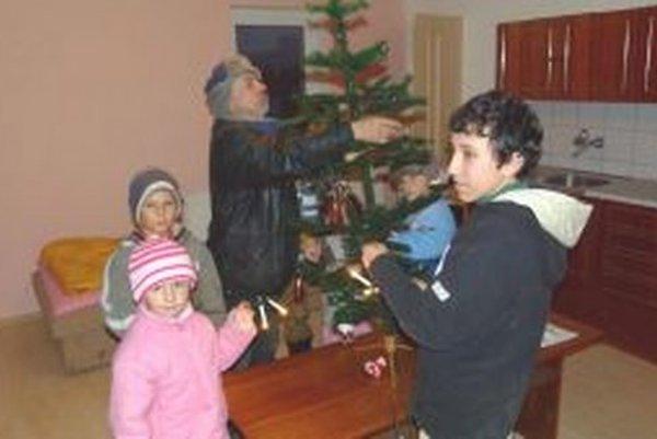Deti z kempu sa na zdobenie vianočného stromčeka tešili.