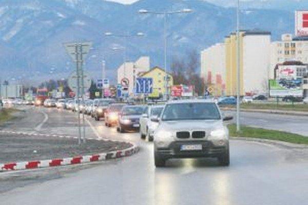 V čase dopravných špičiek sa v blízkosti kruového objazdu tvoria kolóny.