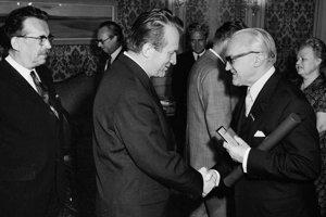 Odovzdanie Štátnej ceny Klementa Gottwalda Eugenovi Suchoňovi  14. mája 1973 v Bratislave. Národnému umelcovi E. Suchoňovi gratuluje Jozef Lenárt k udeleniu ceny. V pozadí predseda SNR Ondrej Klokoč.