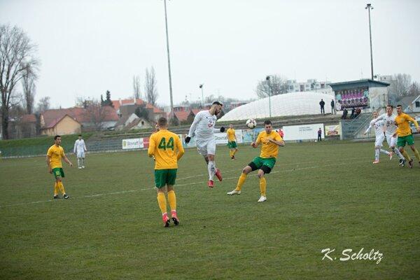 Záber zpredchádzajúceho vzájomného zápasu týchto dvoch súperov, ktorý sa hral na jar súťažného ročníka 2017/2018 vKomárna.
