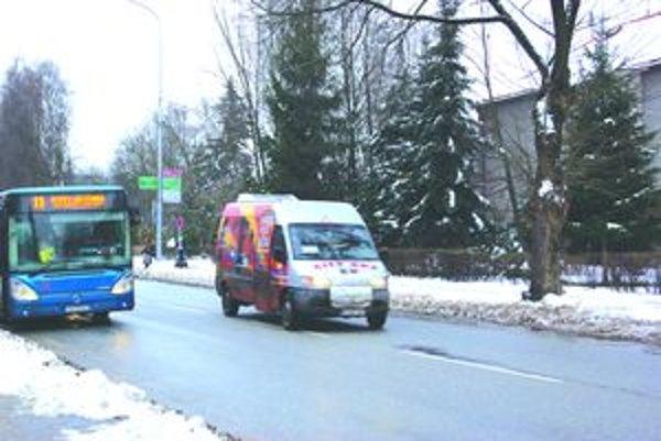 Populárne minibusy začínajú v boji s autobusmi ťahať za kratší koniec.