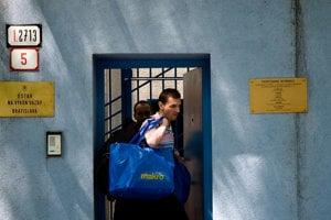 Karol Mello opúšťa Ústav na výkon väzby po prepustení v roku 2011.