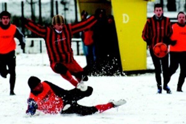 Zimná premiéra Dražkoviec. Piatoligista (v pruhovanom)vyhral vo svojom prvom prípravnom zápase nad Košťanmi 4:1.