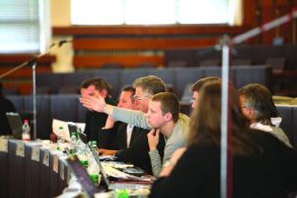 V rokovacej sieni. Poslanci martinského mestského zastupiteľstva ešte v tomto volebnom období neriešili vážnejšiu situáciu, ako bola zmena rozpočtu.