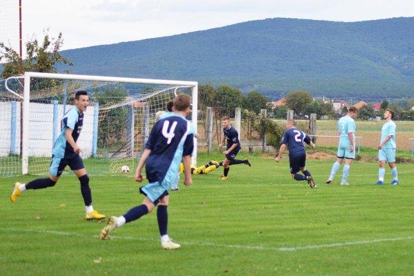 Jediný gól zápasu strelil Šimon Šóš (v strede).