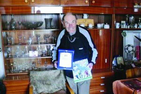 Vladimír Šenšel. Predstavitelia TFZ mu odovzdali plaketu za dlhoročnú obetavú činnosť v prospech futbalu v Turci.
