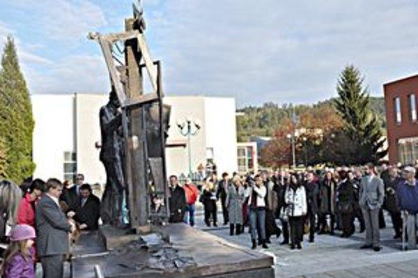 Odhalenie sochy významnému rodákovi prilákalo veľa Považskobystričanov.