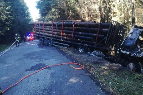 Kamión zrejme zišiel z cesty a začal horieť.