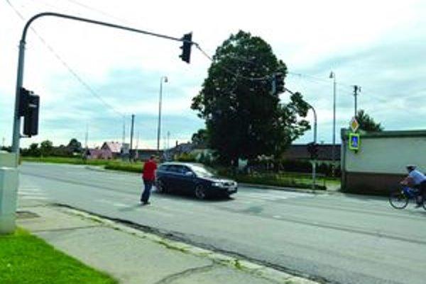Po pol štvrtej chodci prechádzajú cez cestu bez semaforu.