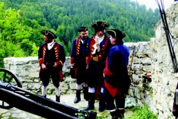 Delostrelci v dobových kostýmoch na hrade Strečno.
