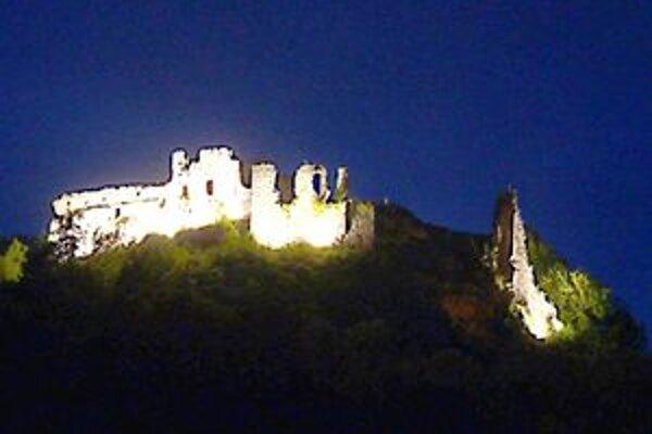 Hrad je v súčasnosti menej osvetlený. Postarali sa o to zlodeji.