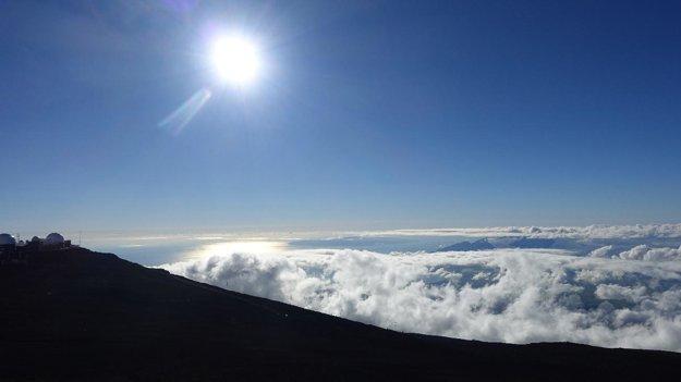 Na vrchole Haleakalā. Vľavo je observatórium a pozorovacie stredisko americkej armády.
