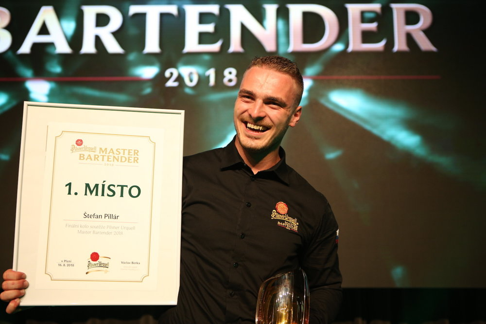 Štefán Pillár pri preberaní ocenenia Master Bartender