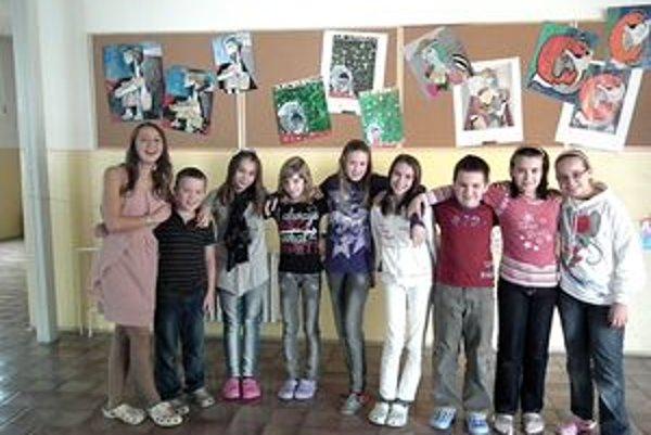 Časť autorov prác, ktoré boli zaslané do súťaže. Dôvod na úsmev majú – škola získala špeciálnu cenu.