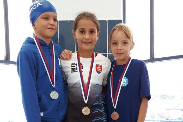 Na obrázku v strede rodená víťazka Ema Malíková.